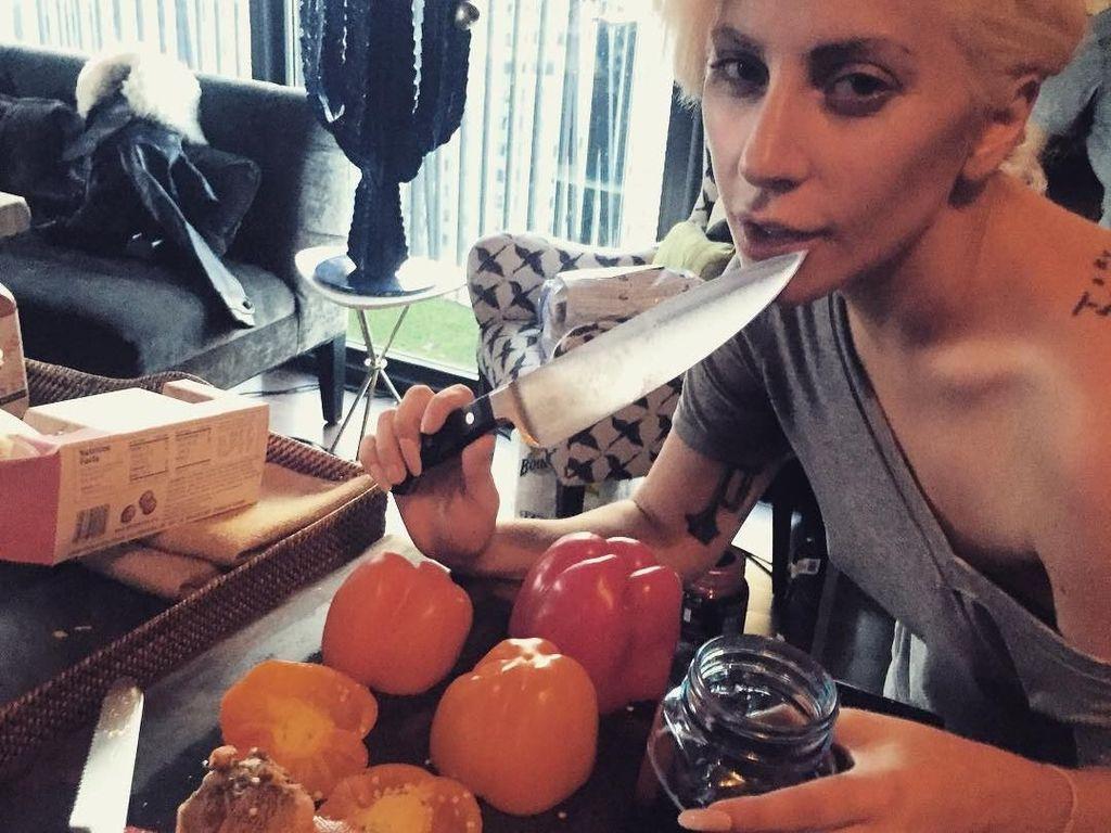 Aksi Keren Lady Gaga Saat Masak Ravioli hingga Beefsteak