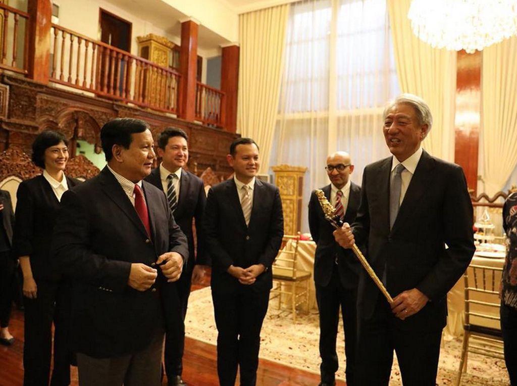 Bertemu Wakil PM Singapura, Prabowo Berikan Keris