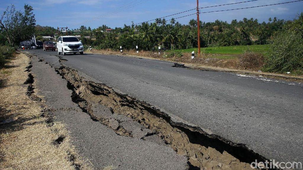 Potret Jalan Terbelah di Lombok Utara