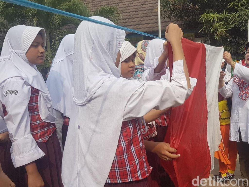 Jelang 17-an, Anak SD di Serang Bersihkan Bendera Merah Putih