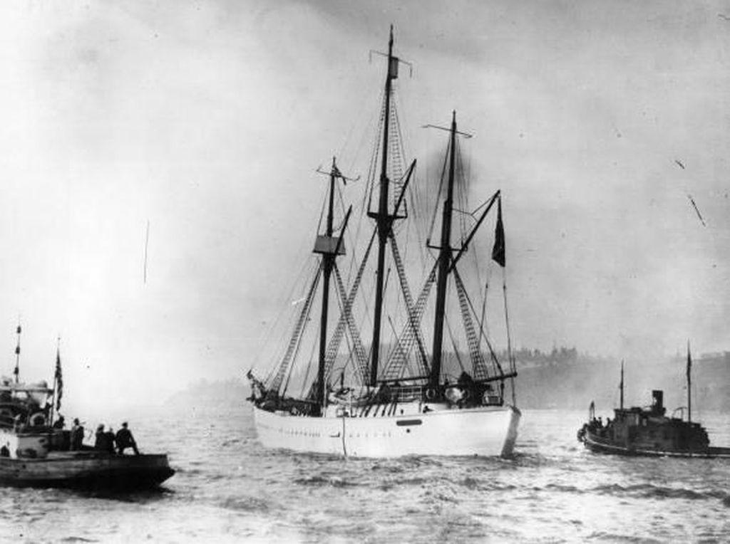 Perjalanan Panjang Mencapai Kutub Utara Kapal Roald Amundsen