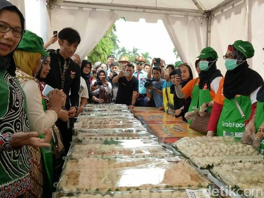 Makan 18.818 Pempek Gratis di Palembang Pecahkan Rekor MURI