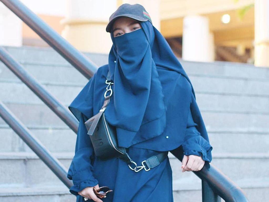 Uniknya Gaya Hijab Cadar Adik Taqi Malik Saat Traveling