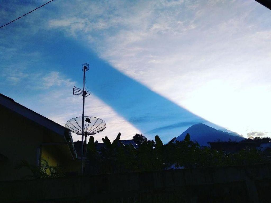 Viral Cahaya Terbelah di Gunung Sindoro, Apa yang Sebenarnya Terjadi?