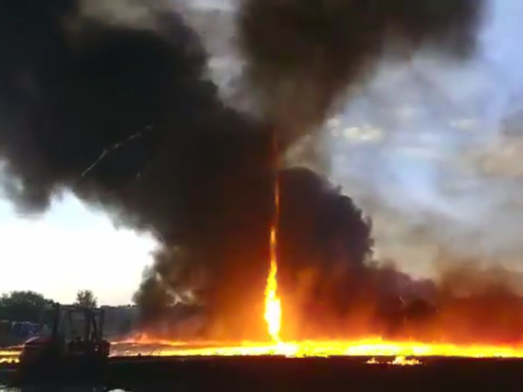 Langka! Tornado Api Muncul di Lokasi Kebakaran Pabrik di Inggris