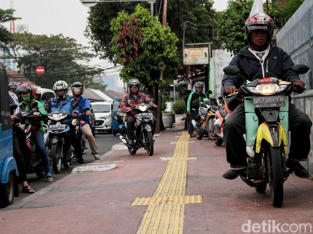 Video: Polisi Tindak Pemotor yang Masih Nekat Melintas di Trotoar