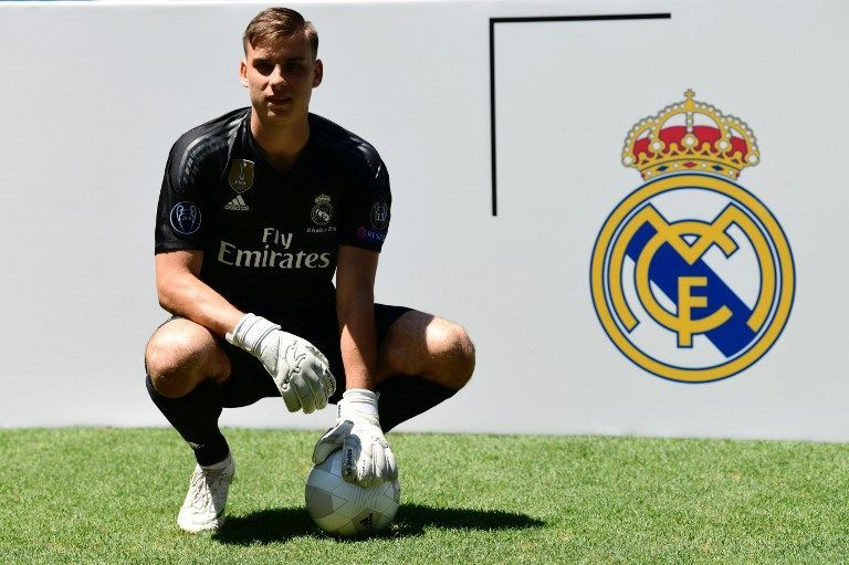 Real Madrid's new Ukrainian goalkeeper Andriy Lunin poses on the pitch during his official presentation at the Santiago Bernabeu Stadium in Madrid on July 23, 2018. / AFP PHOTO / JAVIER SORIANO