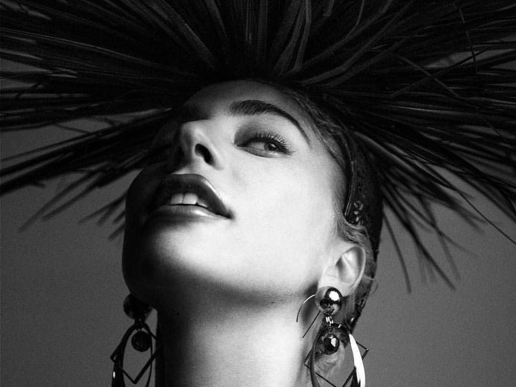 Bangga! Lady Gaga Pakai Aksesori Desainer Indonesia untuk Promo Konser