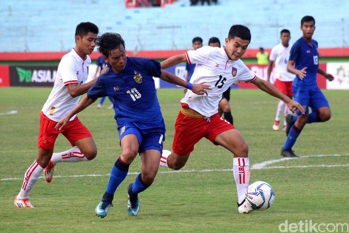 Pada laga yang dihelat di stadion Gelora Delta Sidoarjo, Kamis (9/8/2018) petang WIB, babak pertama berlangsung kedua tim lebih berhati-hati dalam melakukan penetrasi ke jantung pertahanan lawan. Beberapa kali pola serangan yang dilakukan masih berkutat di tengah lapangan.