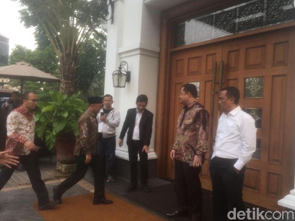 Bicara Cawapres Jokowi, Grace-HT-OSO Tiba Lebih Dulu di Plataran