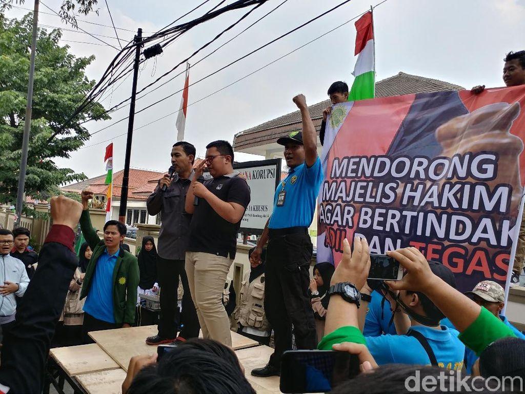 Pembunuh Ustaz Prawoto Dituntut 6,5 Tahun Bui, Keluarga Demo PN