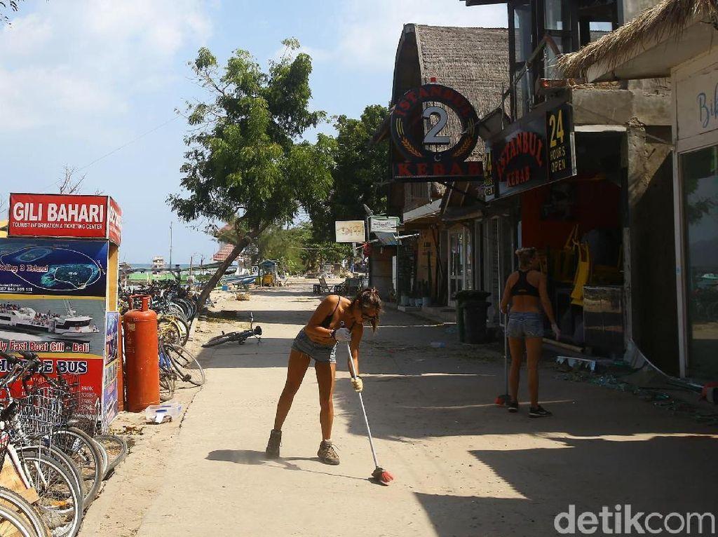 Turis Asing Bersih-bersih Gili Trawangan