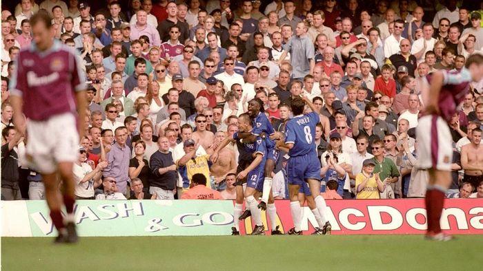 Mario Stanic juga membuat publik Chelsea bergelora lewat golnya ke gawang West Ham United dan timnya menang 4-2 di laga pembuka. Sayangnya, Stanic kariernya tak sukses di Chelsea. (Getty Images)