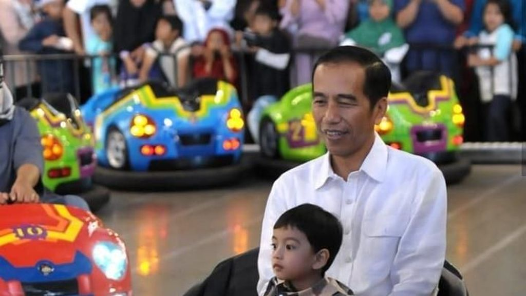 Momen Jokowi Momong Cucu