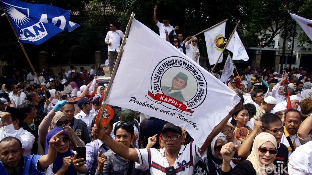 Suasana Saat Ratusan Pendukung Antar Prabowo-Sandi ke KPU