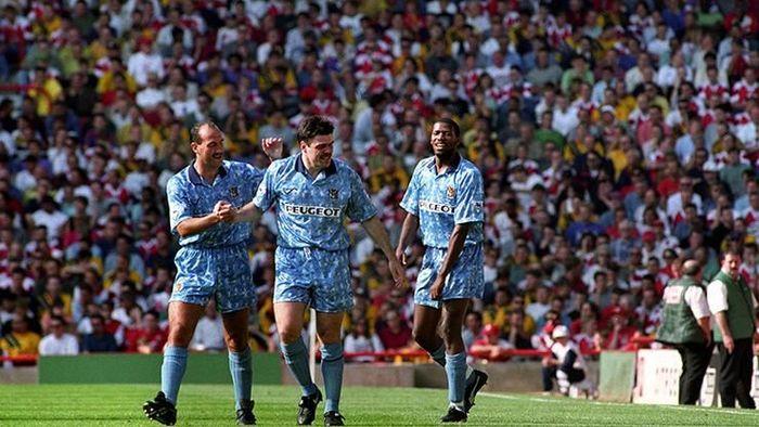 Micky Quinn, pemain bertubuh gempal milik Coventry City ini langsung bikin hat-trick di pekan perdana saat mengalahkan Arsenal 3-0 tahun 1993 (Foto: Getty Images)