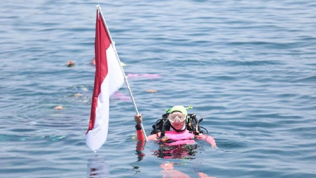 Foto Persiapan Penyelam Wanita Pecahkan Rekor MURI di Manado