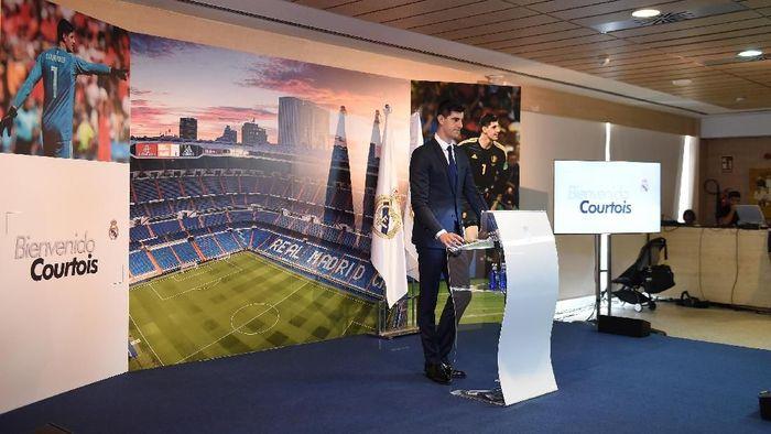 Courtois tiba di markas Madrid pada Kamis (9/8/2018) untuk menjalani tes medis dan menandatangani kontrak. Foto: Denis Doyle/Getty Images