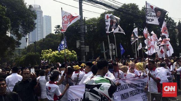 Massa pendukung mengantar Prabowo Subianto-Sandiaga Uno ke KPU.