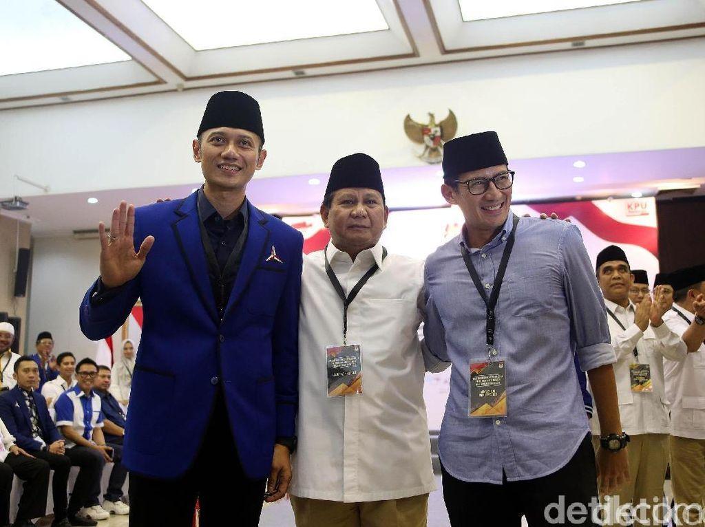 Potret Prabowo Diapit Sandiaga dan AHY saat Daftar ke KPU
