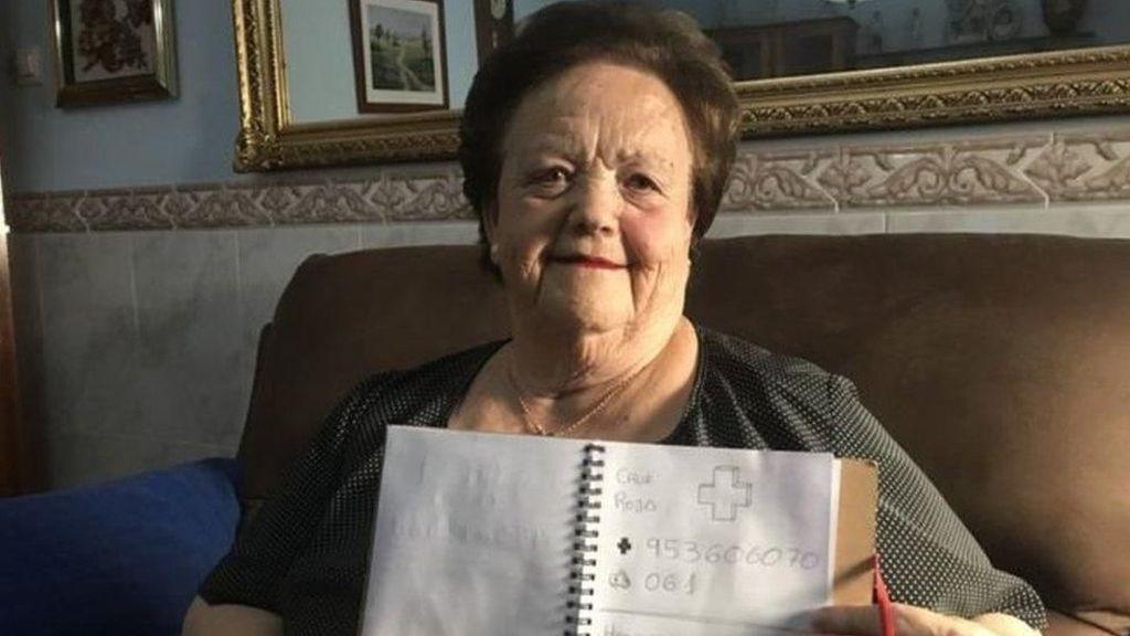 Nenek Buta Huruf Ini Bisa Pakai Telepon Berkat Coretan Cucunya