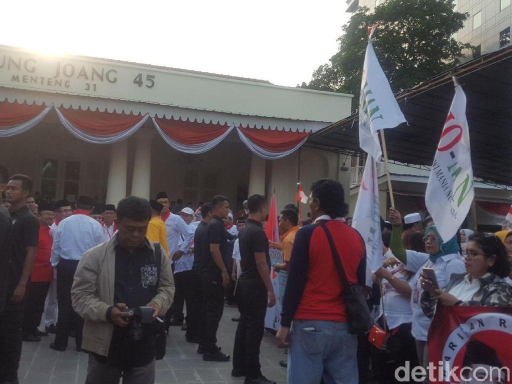 Jelang Pendaftaran Pilpres, Relawan Jokowi Padati Gedung Joang 45