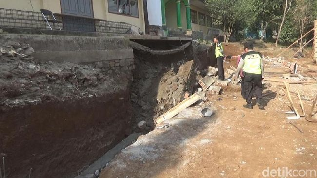 Pekerja Proyek Sekolah di Jombang Tewas Tertimpa Bangunan Longsor
