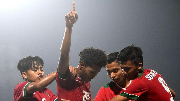 Pesepak bola Indonesia U-16 Amirudin Bagus Kahfi (kedua kiri) melakukan selebrasi ketika berhasil mencetak gol ke gawang Timor Leste U-16 dalam laga penyisihan grup A Piala AFF U-16 di Gelora Delta Sidoarjo, Sidoarjo, Jawa Timur, Sabtu (4/8). Indonesia menang atas Timor Leste dengan skor 3-0 dan memastikan Indonesia melaju ke babak semi final. ANTARA FOTO/Zabur Karuru/foc/18.