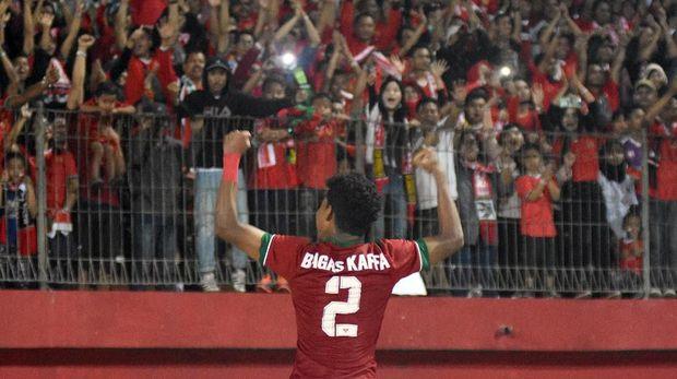 Pesepak bola Indonesia U-16 Amirudin Bagas Kaffa Arrizqi melakukan selebrasi setelah bertanding melawan Malaysia U-16 pada laga Semifinal Piala AFF U-16 di Stadion Gelora Delta Sidoarjo, Jawa Timur, Kamis (9/8). Indonesia U-16 menang atas Malaysia U-16 dengan skor 1-0. ANTARA FOTO/M Risyal Hidayat/kye/18