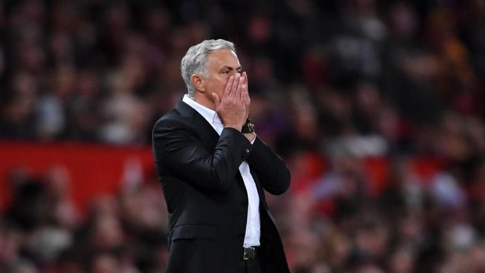 Jose Mourinho menyindiri manajemen MU usai laga lawan Leicester City. (Foto: Laurence Griffiths/Getty Images)