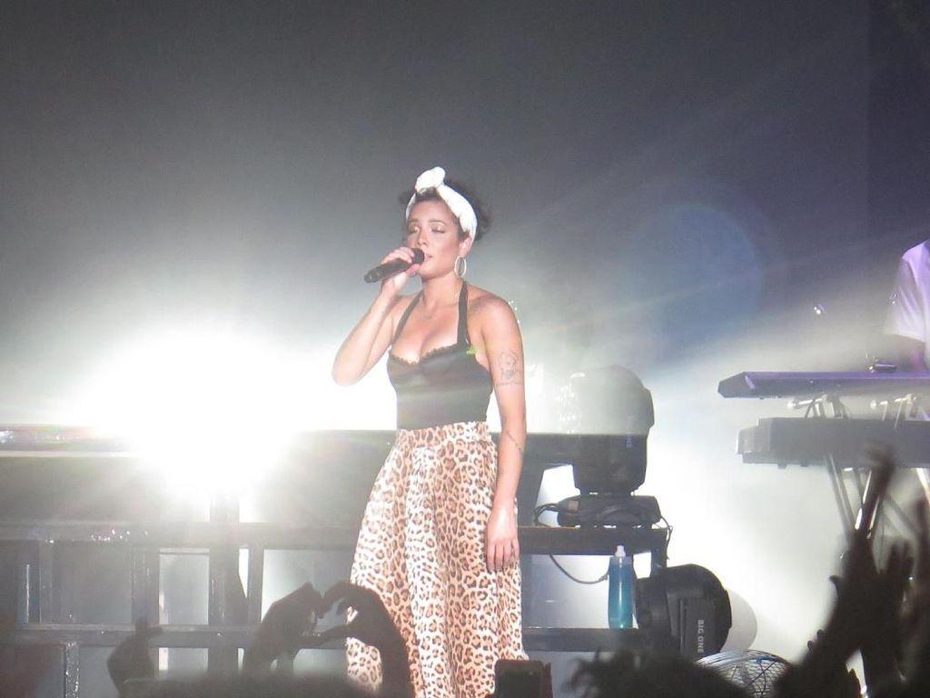 Halsey Buka-bukaan Tentang Persaingan Pop dengan Ariana Grande dan Lorde
