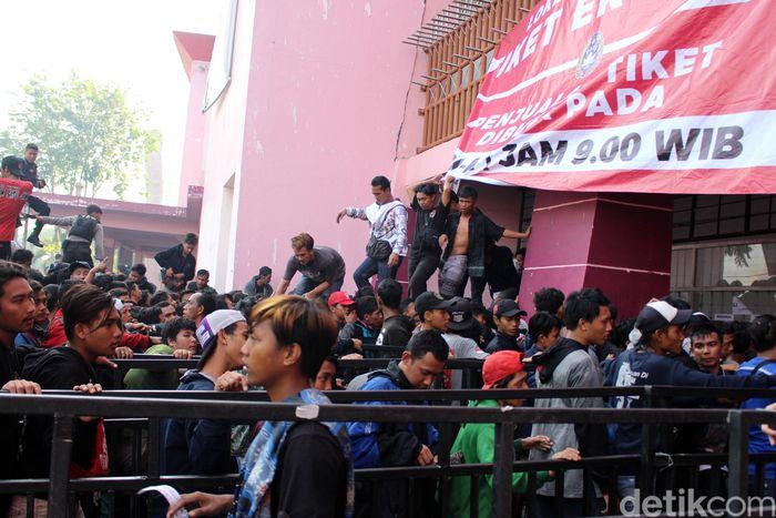 Antusias masyarakat yang akan menonton pertandingan final Timnas Indonesia U-16 luar biasa. Terbukti bahwa tiket yang disediakan oleh panitia penyelenggara sebanyak 25 ribu dalam waktu 1 jam 40 menit ludes.