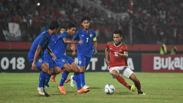 Timnas Indonesia U-16 menang melalui drama adu penalti atas Thailand di final Piala AFF U-16. (