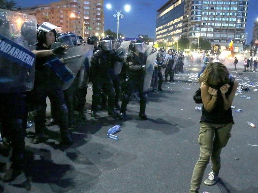 Polisi Rumania Bentrok dengan Puluhan Ribu Demonstran Antipemerintah