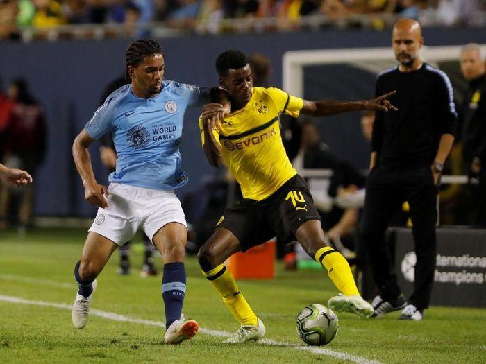 Manajer Manchester City Pep Guardiola mengamati aksi Douglas Luiz pada laga pramusim melawan Borussia Dortmund (Foto: John Gress/Reuters)