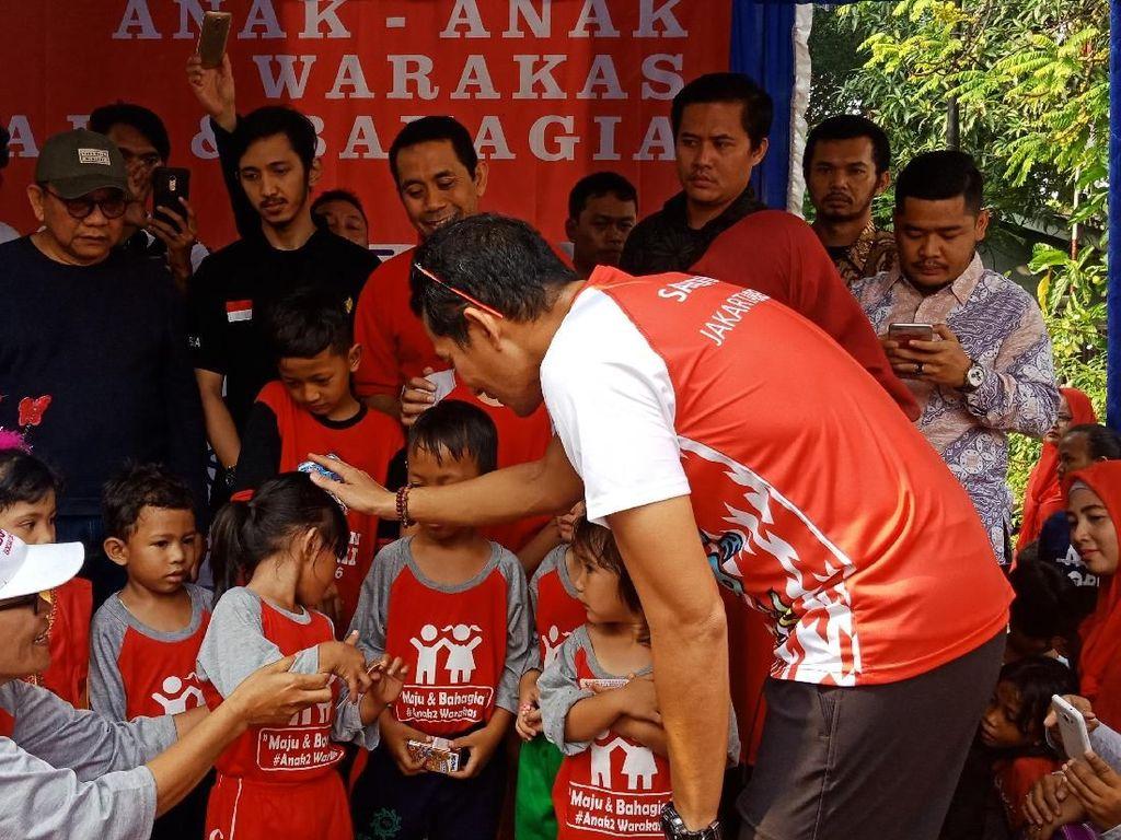 Bagikan Kartu Identitas Anak di Warakas, Sandi: Saya Tidak Kampanye