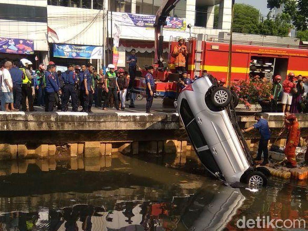 Foto: Evakuasi Mobil Nyemplung di Kali Glodok