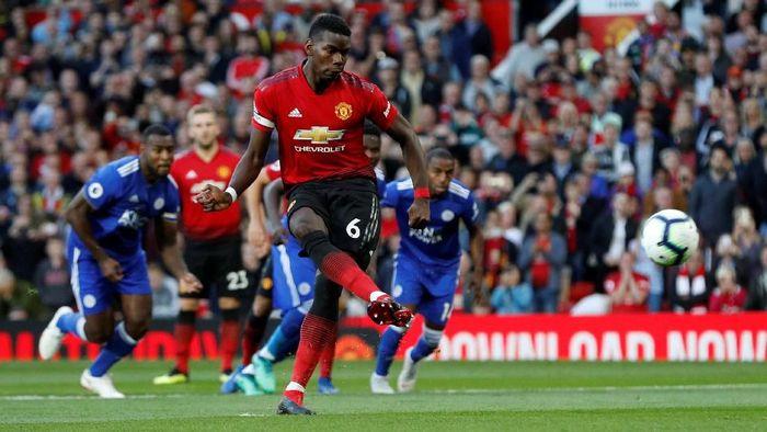 Tendangan penalti Paul Pogba membawa Manchester United unggul 1-0 atas Leicester City (Foto: Darren Staples/Reuters)