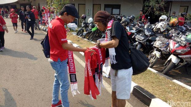 Suporter Indonesia Terus Berdatangan ke Stadion Patriot