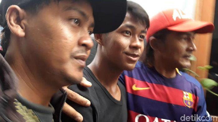 Supriadi pemain Timnas U-16 diserbu fans saat pulang ke rumah (Foto: Hilda Meilisa Rinanda/detikSport)