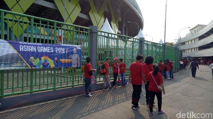 Suporter Timnas Indonesia U-23 terus berdatangan ke Stadion Patriot di Bekasi (Foto: Randy Prasatya/detikSport)
