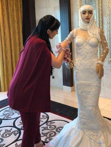 Ada Kue Pengantin Hijab Setinggi Manusia, Harganya Bikin Melongo