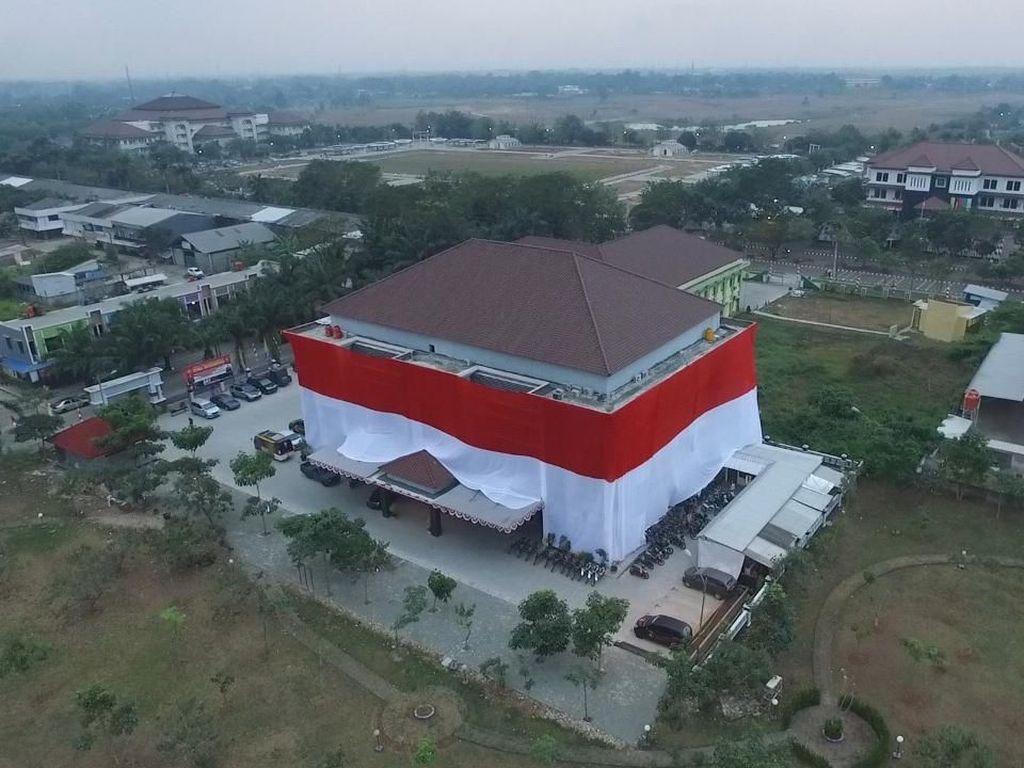 Sambut HUT RI, Polres Tangerang Dibungkus Merah-Putih Raksasa