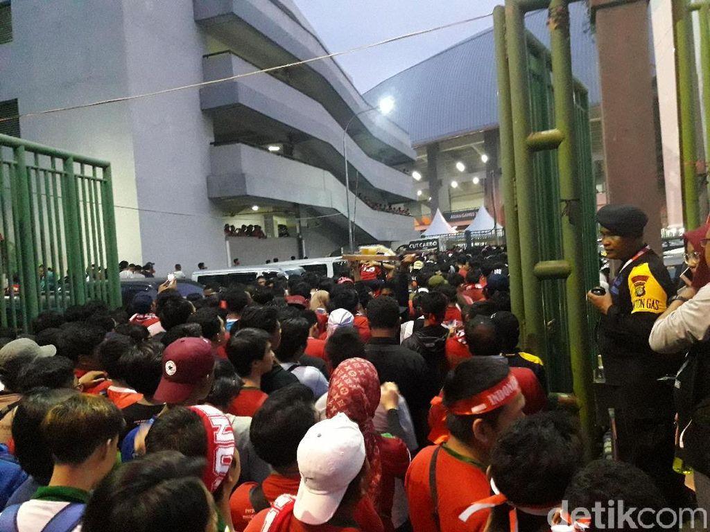 Antre Sejak Pagi, Penonton di Stadion Patriot Membeludak