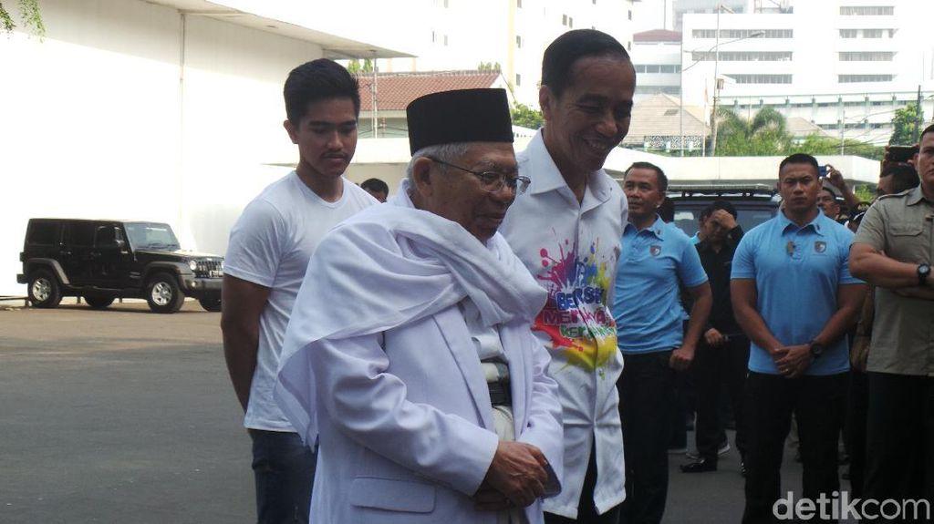 Foto: Beda Gaya Pakaian Jokowi-Maruf saat Tes Kesehatan di RSPAD