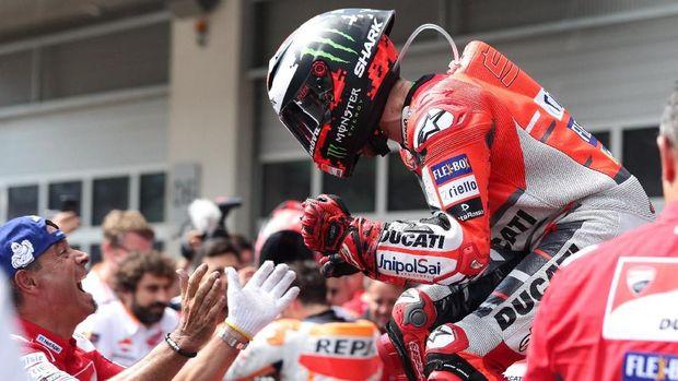 Jorge Lorenzo meraih kemenangan di MotoGP Austria dengan mengalahkan Marc Marquez.