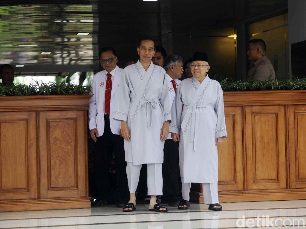 Foto Jokowi-Maruf Amin Pakai Baju Pasien Sebelum Tes Kesehatan