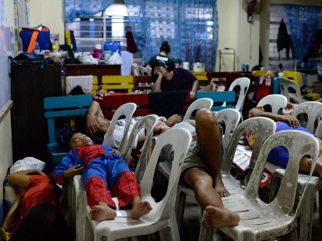 Tidur di Kursi Plastik, Begini Potret Pengungsi Banjir Filipina