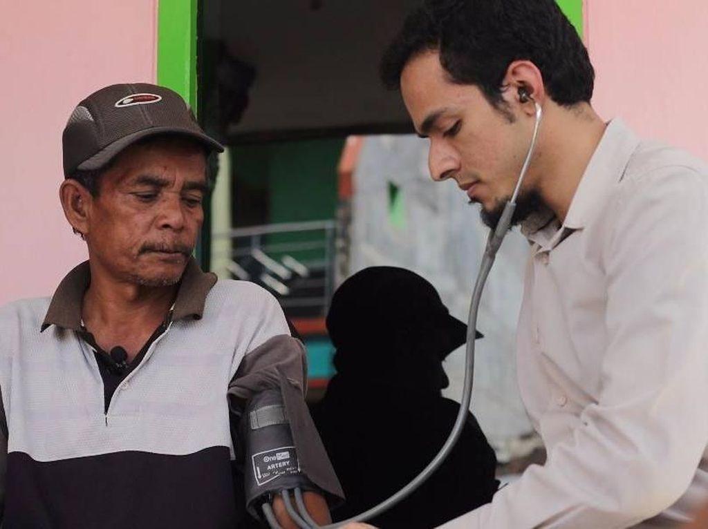 Potret Dokter Ganteng Asal Malang yang Bikin Pangeran Charles Takjub