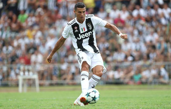 Cristiano Ronaldo mencetak gol pertamanya untuk Juventus. CR7 melakukannya dalam laga ujicoba tak resmi menghadapi tim junior Bianconeri. Marco Luzzani/Getty Images.